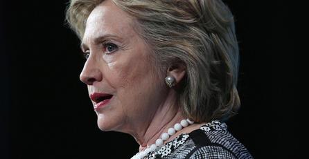 Revelan fotografía de Hillary Clinton jugando con un Game Boy