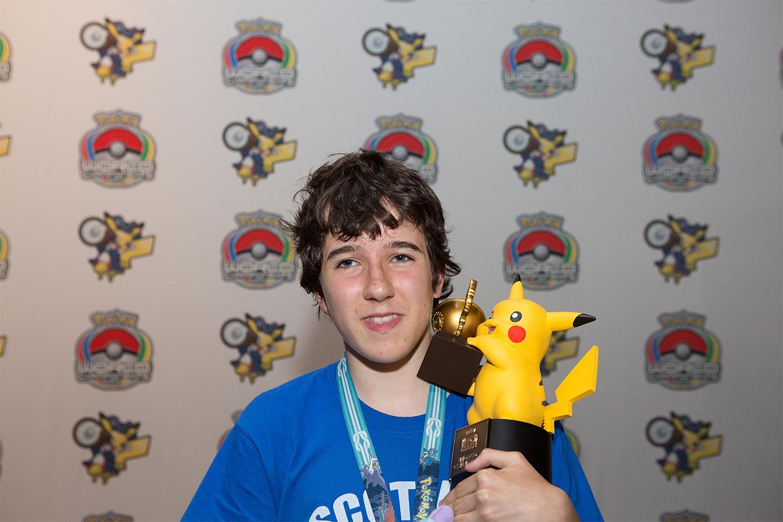 Mark Mcquillan (Gran Bretaña) el ganador de la división Senior en Pokémon Video Game