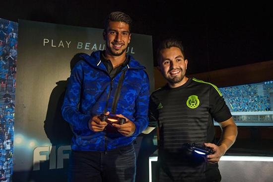 Samuel Rivera (Derecha) en una presentación del juego en México. Créditos a Diario Record.