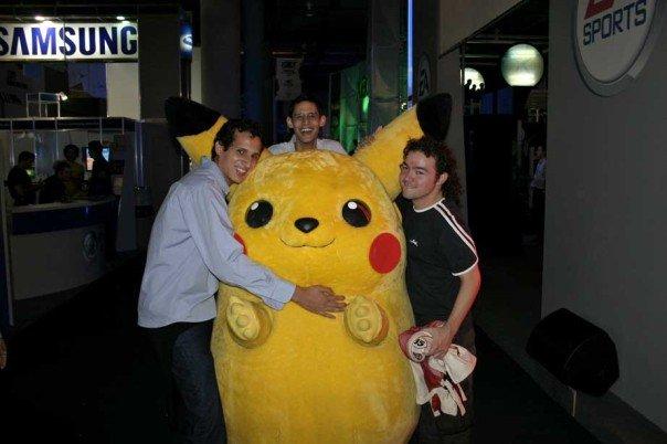Mefisto y Gargamel dándole cariño a Pikachú