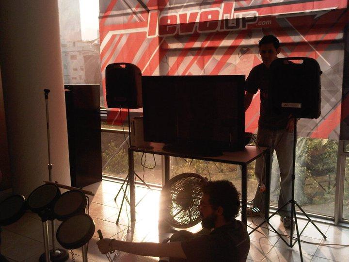 Preparando el stage de Rock Band para el Level Up Day