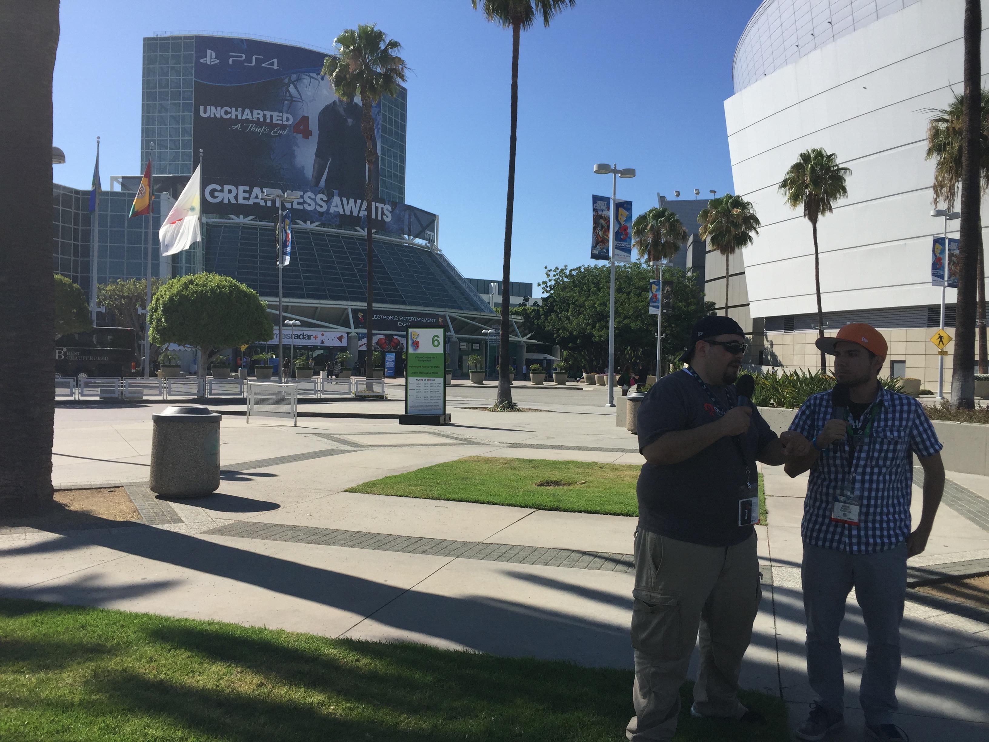 Afuera del Convention Center de Los Angeles