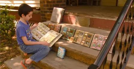Oficial de policía cede su colección de cartas Pokémon a un niño al cual se la habían robado