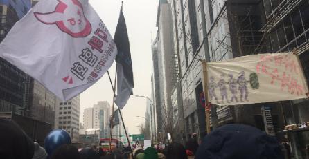 Conejo de D.Va está presente en marcha feminista en Seúl