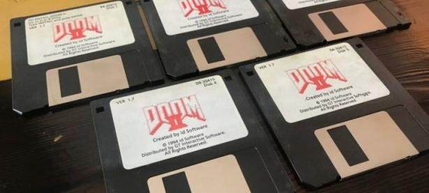 John Romero vende disquetes de <em>DOOM II</em> por más de $3.000 USD