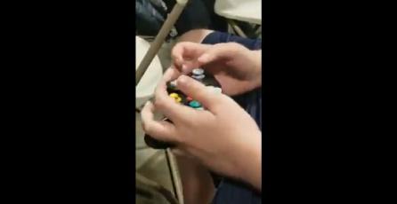 Jugador de <em>Smash Bros.</em> utiliza su control de Gamecube al revés
