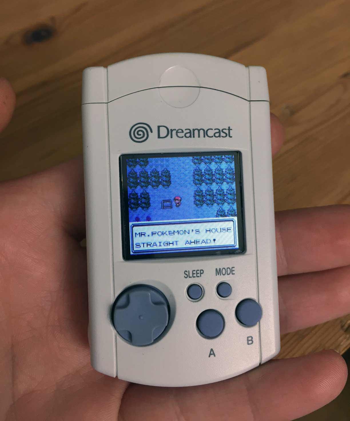 Modifican VMU de Dreamcast para correr Pokémon Gold & Silver | LevelUp