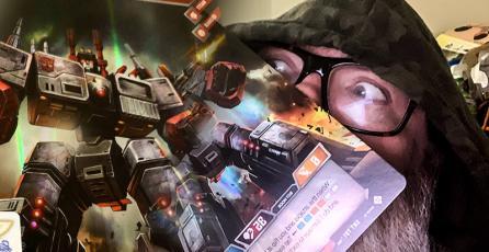 Carta de Metroplex de Transformers es más grande que la cara de una persona