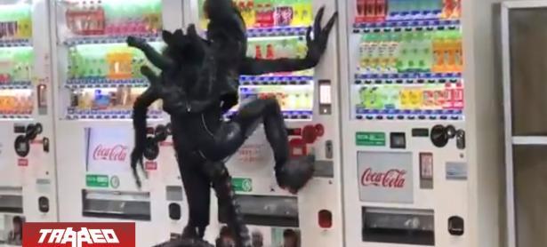 """Cosplayer de """"Alien"""" en Japón es incapaz de usar máquinas expendedoras"""