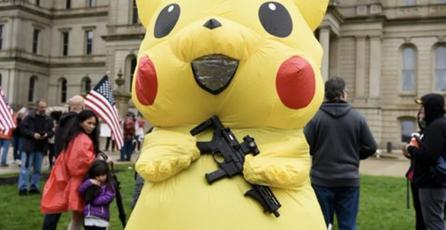 Un Pikachu armado roba la atención en protesta contra medidas por coronavirus