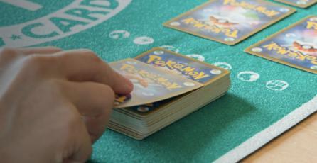 En medio de la escasez, coleccionista regala miles de cartas <em>Pokémon</em> a niños