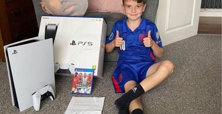 Futbolista del Manchester United regaló un PS5 a un niño que ayuda a los pobres