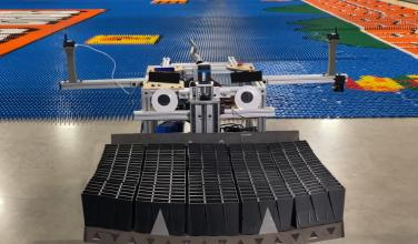 ¿Qué? Robot hace un mural de <em>Super Mario Bros.</em> con 100,000 fichas de dominó