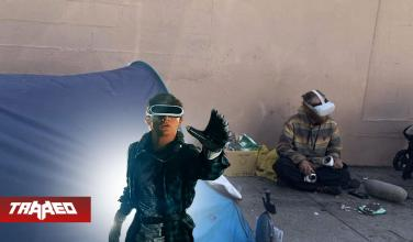Indigente jugando en Realidad Virtual despierta debate sobre el escape en el metaverso a los problemas cotidianos