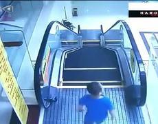 Niño sobrevive a impactante caída de una escalera eléctrica