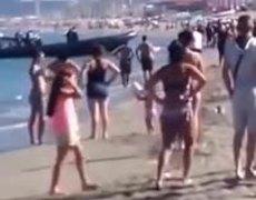 Download drugs in broad daylight on beach in Cadiz