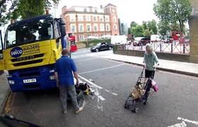 Camión destruyó su moto y recibió un abrazo a cambio (Londres)