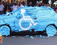 Broma a joven que se estacionó en lugar para discapacitados