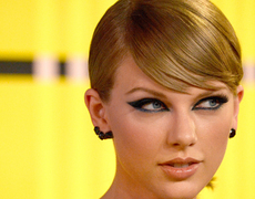 Taylor Swift Dazzles on VMA Red Carpet!