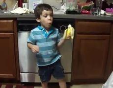 Niño amante de las bananas