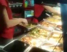 #LadyCucaracha, exige indemnización de 100 dlls porque encontró una cucaracha en su plato