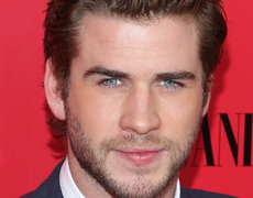 Liam Hemsworth Poses Pantless!