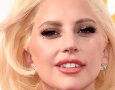 Lady Gaga sorprende en la alfombra roja de los Emmy´s con este hermoso vestido negro