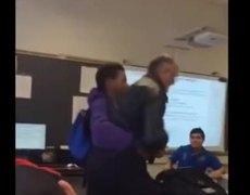 Estudiante ataca a su maestro quien le confisco su celular