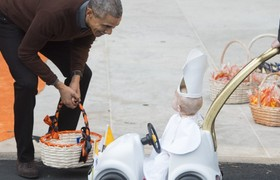 Mini Pope in Popemobile surprises Barack Obama