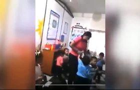 Maestra disciplina a sus alumnos inyectándolos
