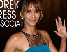 Halle Berry Stuns in 1st Post Divorce Red Carpet!