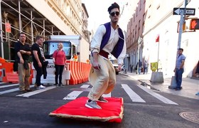 Aladdin sorprende con su alfombra mágica por las calle de New York