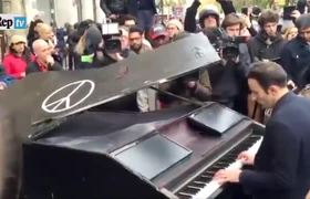 Pianist pays tribute to victims outside the Bataclan Theatre #Paris