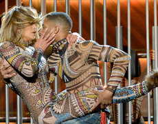 Nicki Minaj Gives Side Eye to JLo's Bootlylicious AMAs Performance