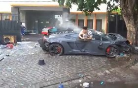#OMG Indonesia driver from wrecked Lamborghini after hit pedestrian