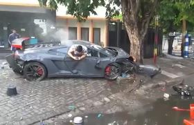#VIRAL - Indonesia driver from wrecked Lamborghini after killing pedestrian