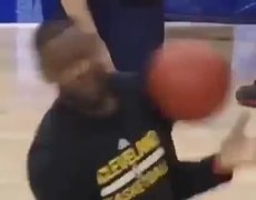 #VIDEO - Ball blow to the face of LeBron James during training