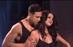 "#SNL - Selena Gomez Performs ""Hands To Myself"""