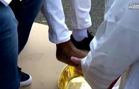 Pope Francis washes refugees feet in Holy Thursday