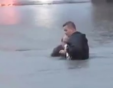 #VIRAL - Reporter saves a man from drowning
