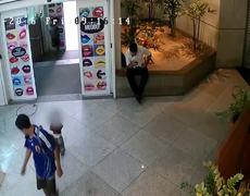 #CCTV - Padres abandonando a su hijo en un centro comercial en Brasil