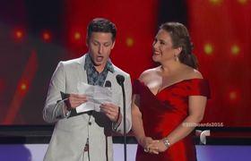 Premios Billboard 2016: Andy Samberg intenta hablar español junto a Angélica Vale