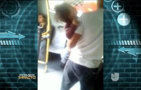 Joven drogándose en un autobús del transporte público