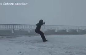 Hombre desafía los vientos