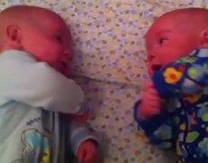 #CUTE - La dulce platica entre unos bebés gemelos