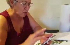 Doña Rosa enojada porque no hay Wifi