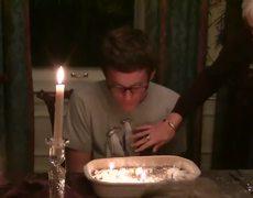 #VIRAL - Mamá prepara a su hijo un 'pastel explosivo'