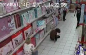 #CCTV - Mujer es víctima de posesión diabólica en un supermercado (China)