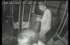 #CCTV - Joven discapacitado frustra robo en un camión #HéroeSinCapa