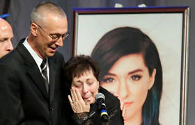 #ChristinaGrimmie's Mom Breaks Down During Singer's Funeral